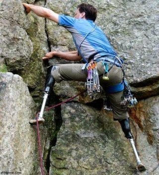 Imagen de discapacitado escalando