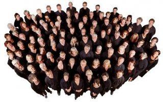 Gran grupo de personas mirando hacia arriba