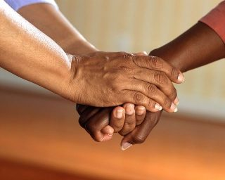 Imagen de apoyo agarrando mano