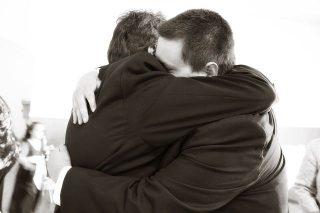 Imagen de dos hombre dando pésame