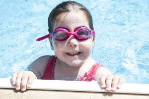 Imagen de niña en piscina