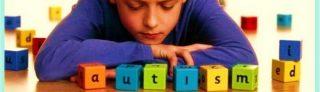 Niño con cubos formado la palabra autismo