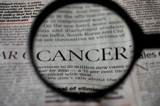 Imagen lupa periódico palabra cáncer