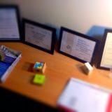Despacho con varios títulos y diplomas