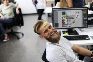 Hombre feliz en oficina