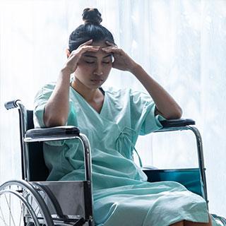 Mujer en sillas de ruedas problemas neuropsicología