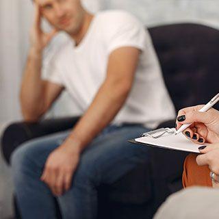 Psicoterapeuta apuntando notas de paciente