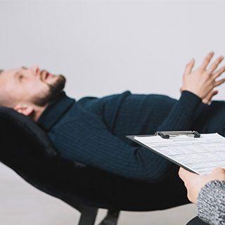 Paciente acostado en psicoterapia