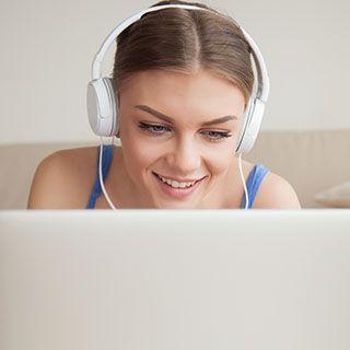 Chica con auriculares en terapia online